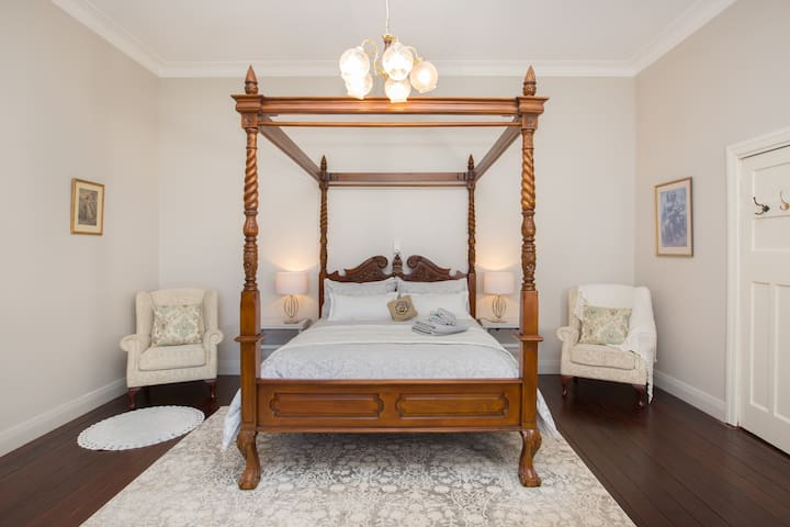 Bedroom 1 grand style. Queen bed and single bed