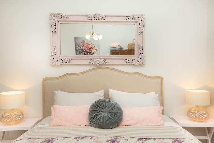Bedroom 2 king bed & single bed