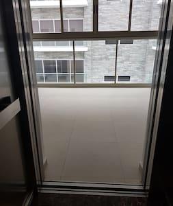 salida del elevador al vestíbulo  de puerta principal del apartamento