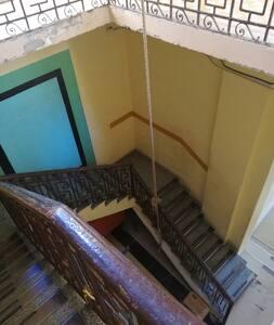 Hay que subir 27 escalones para poder llegar al departamento, el ancho de las escaleras es de 1.55 mts de ancho