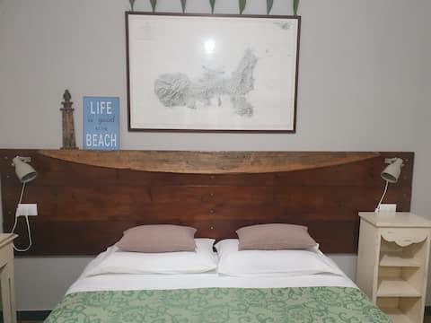 Camera matrimoniale 00 e letto a Villa Villacolle