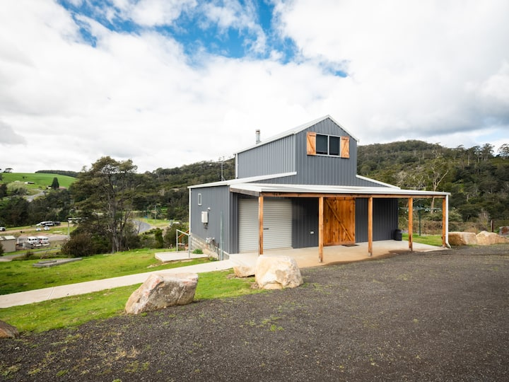 Derby Digs Barn, Unique & just 50m from trails