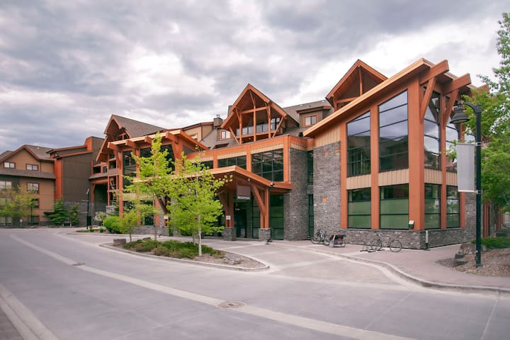Quaint mountain getaway at Canmore Resort & Spa