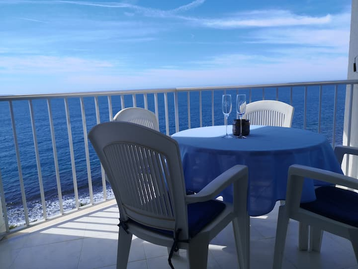 Spacious Bright Two Bedroom Seafront Apartment.