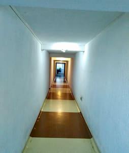 Camino a la entrada del Departamento existe buna iluminación automática en el pasillo