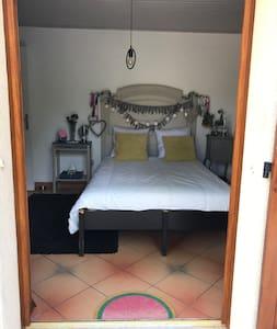 Accès chambre double par terrasse et jardin, petite marche de 10 cm