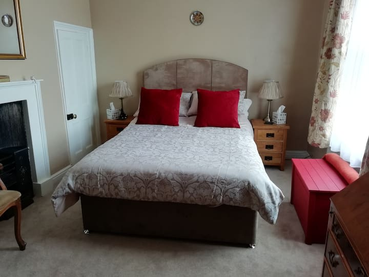Comfortable Double Room in 19th Century Townhouse