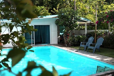 Bungalow sympa dans jardin tout vert à Taravao