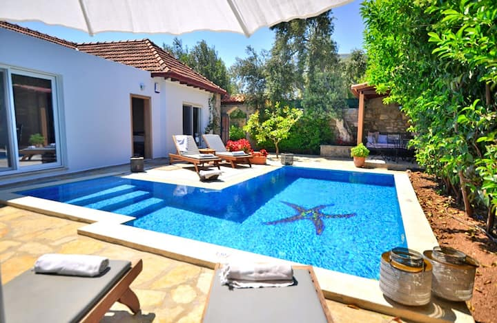 Cosy Family Villa with Private Garden and Pool