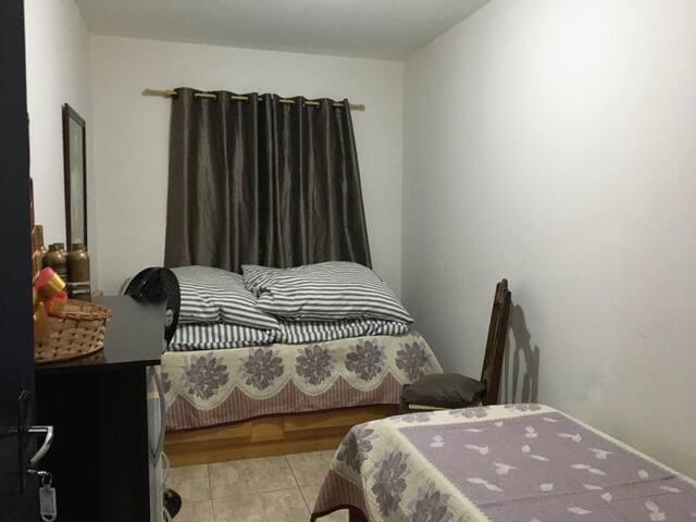 Quarto 1 do Rancho (com 2 camas de solteiro e mais um colchão de solteiro extra)
