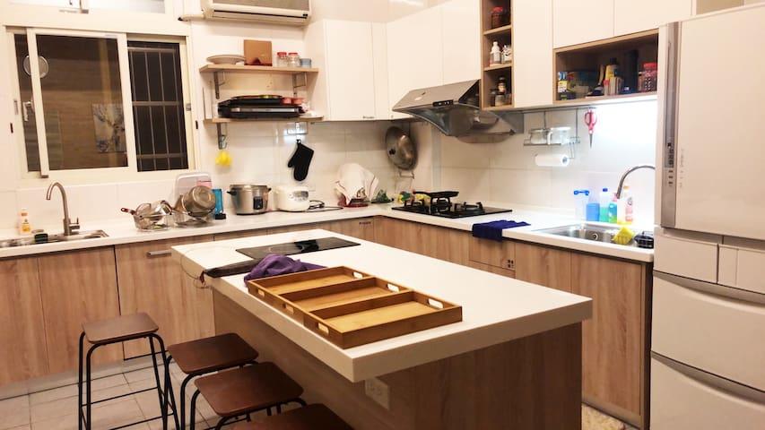 宜蘭夜市  201 宜蘭免費停車 套房 獨棟室內電梯 2~4人房  (公路車放室內 汽車重機環島
