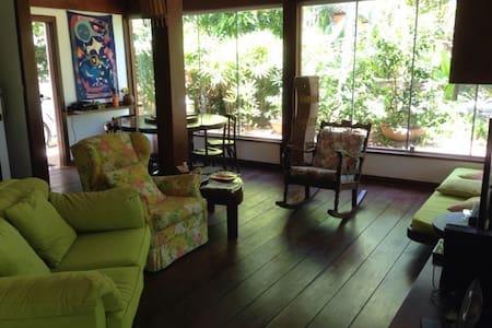 Sala com passagem larga e nas fotos de entrada mostro o acesso ao quarto por fora.