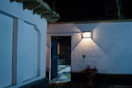 Reflectores en diferentes áreas para ver en la noche.