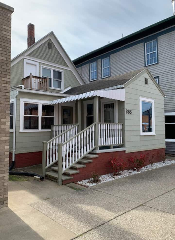 APRIL SPECIAL $69/nt UP Apt Downtown Loudonville