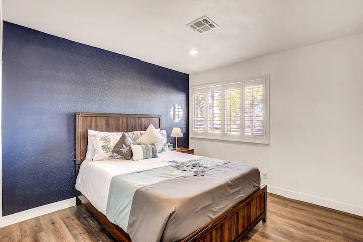 Second guest bedroom with comfortable queen size bed