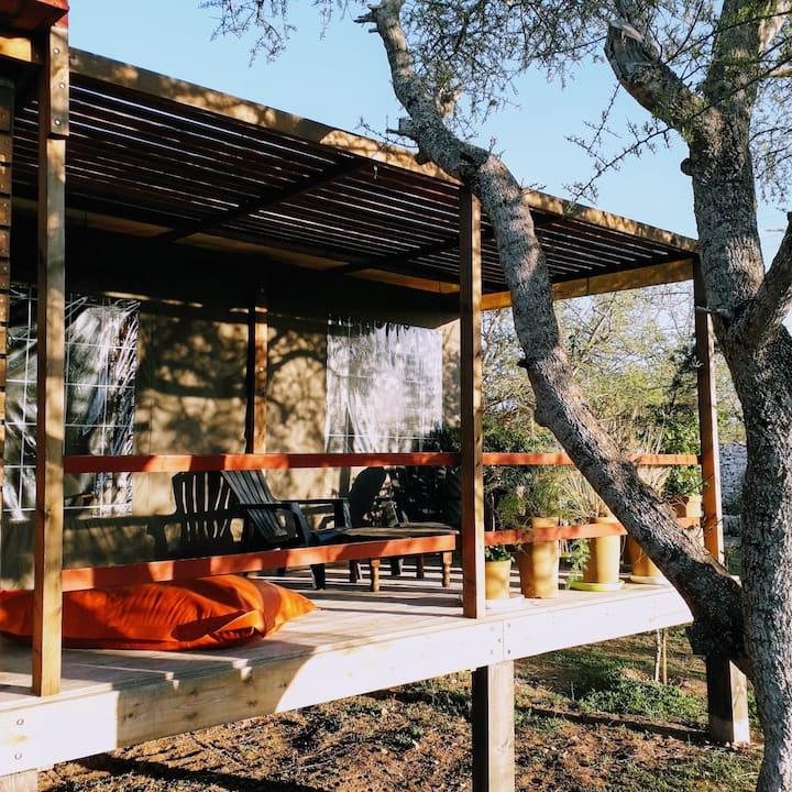 Cabane rouge en bois, dans le gîte rural Bedobled