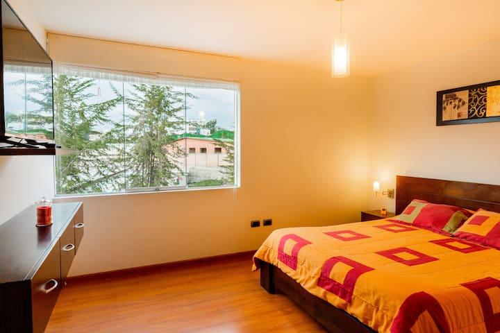 La habitación principal cuenta con una amplia cama Queen size, iluminada con un smart TV para que puedas disfrutar de Netflix o disney+ , además de los canales de cable que tiene el departamento.