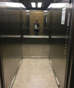 Большой лифт с широким входом