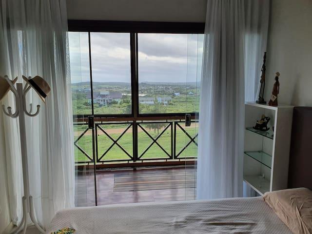 Suite com vista da varanda e do vale, podendo visualizar a BR-232 e todo seu movimento.