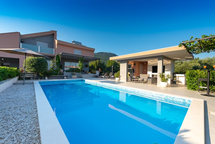 Villa Toni with 5 bedrooms and heated pool