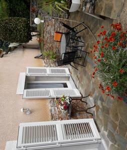 Agréable terrasse située plein sud avec vue dégagée sur lesmontagnes ...