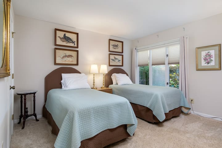 2nd bedroom:  Can be set up with 2 single beds or comfortably configured as a single king size bed
