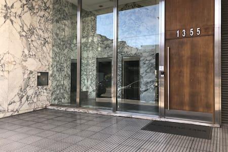 Puerta de acceso al edificio, tiene un pequeño desnivel de 2 cm (altura del mármol)
