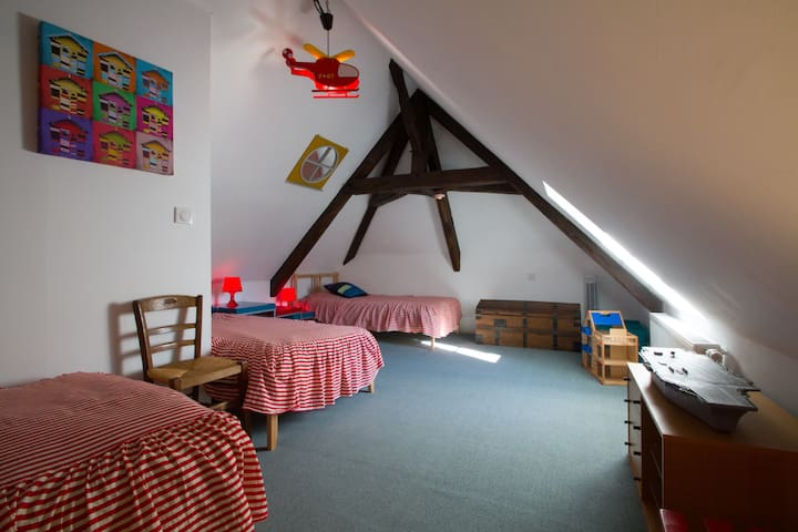 Bedroom- 2nd Floor, Three single beds Chambre- Troisième étage, Trois lits simples.