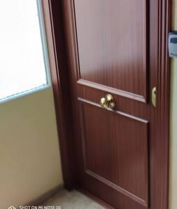 Puerta del apartamento.