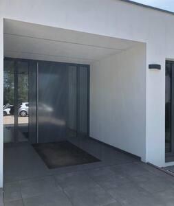 Haupteingang Zusätzlich verfügt der Wohnpark über einen barrierefreien Parkplatz, bodengleicher Zugang und einen Aufzug.