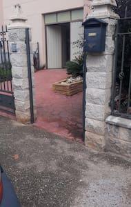 puerta de entrada a la finca