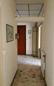 ampio corridoio di accesso all'appartamento   wide corridor to access the apartment