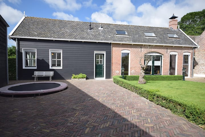 Unieke woning in de oude dorpskern van Serooskerke