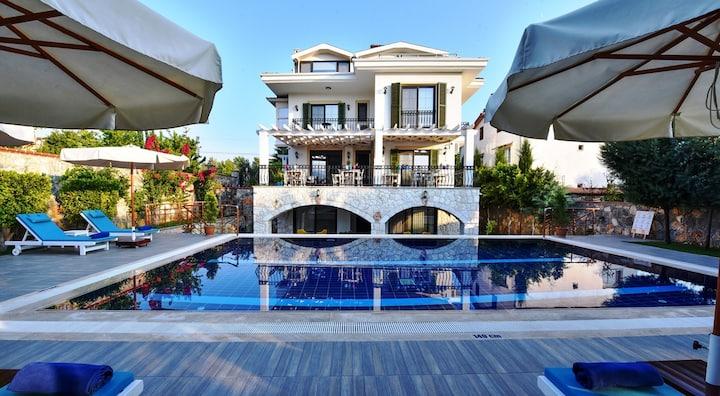 Villa Tn, 7 odası ile oda kahvaltı hizmeti verir