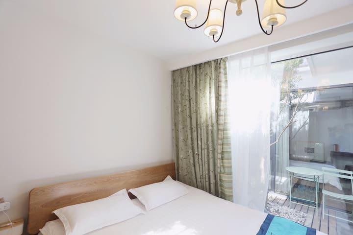 主卧|内设1.8米实木双人床,衣橱与智能电子秤,并配有干湿分离独立洗手间。