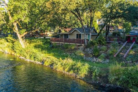 Rogue River Lodge, Riverside Cabin w/Breakfast
