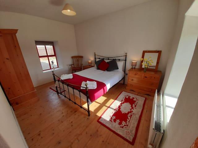 Kingsize Bedroom (downstairs)