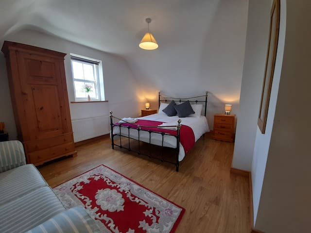 Kingsize Bedroom (upstairs)