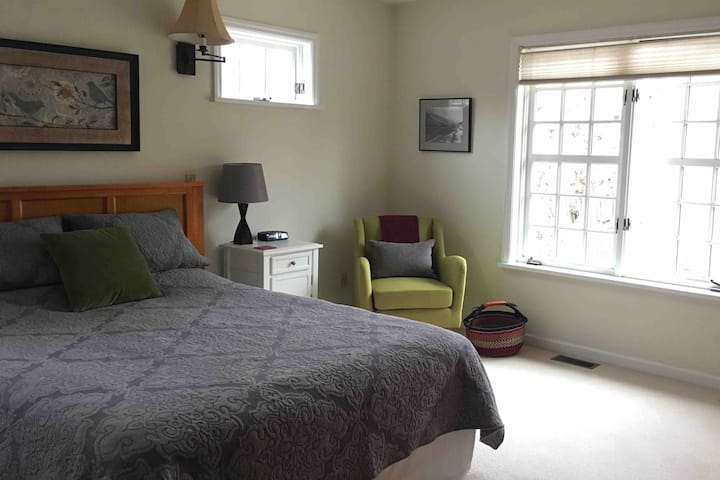 Spacious, Light, Private Room in the Heart of Town
