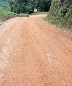 la via interna de la propiedad no es asfaltada pero es apta para circular en vehiculos normales que no sean 4x4