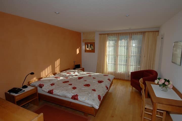 Doppelzimmer mit eigenem Bad/WC /Terrasse.