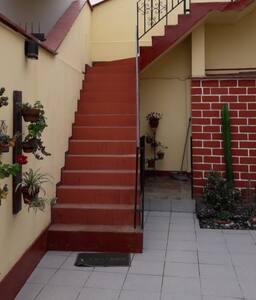 spots de luz a lo largo de las escaleras de acceso