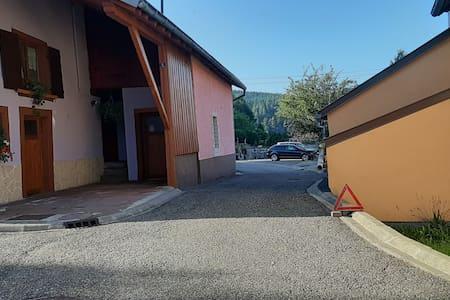 Accès au parking à environ 100 m de l'entrée du gîte. De la porte du gîte vue sur le parking