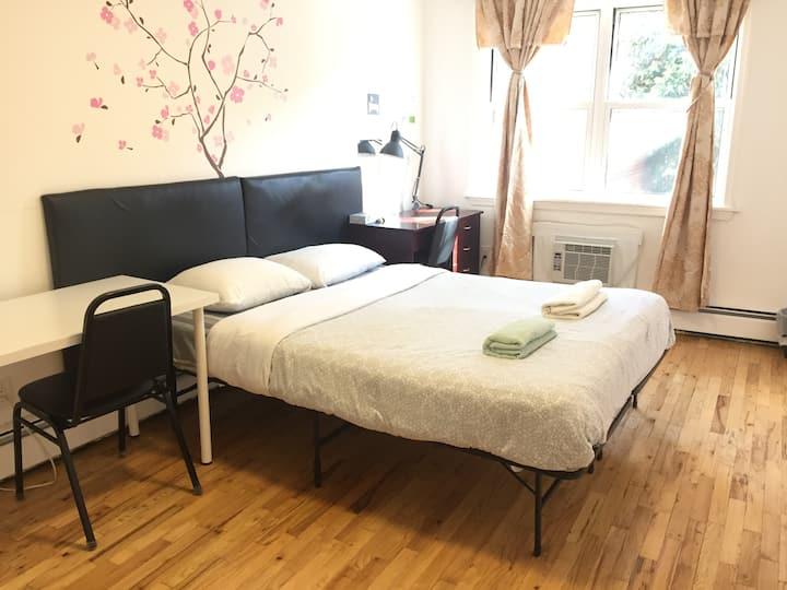 Sunny Bedroom with Private Bathroom/法拉盛中心私人房間獨立衛浴