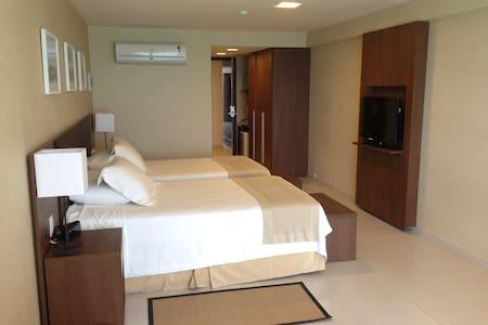 Entrada com mais de 81cm de largura, bastante iluminada, padrão intercontinental hotel.