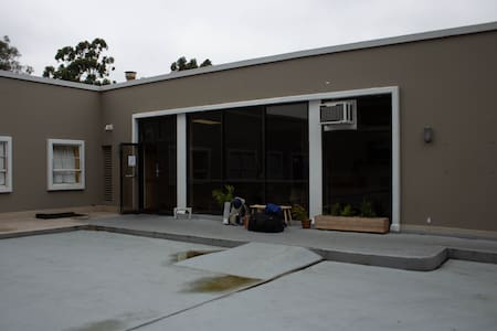 Building entrance from the private parking lot. Driveway from Le Conte Ave. is to the right.