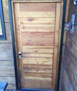 La puerta mide 90 cms