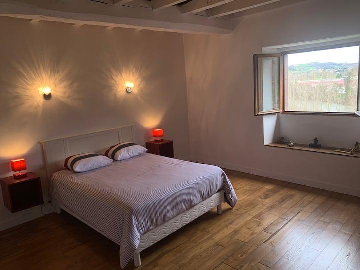 chambre basque typique au pied des montagnes 2