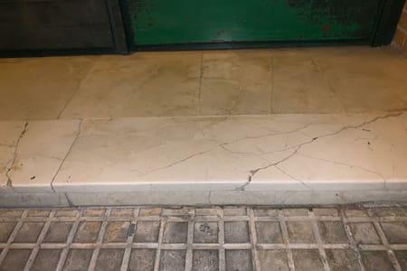 este es el bordillo de la puerta principal mide 3 centimetros, luego hay rampa y la entrada al piso no existen mas bordillos
