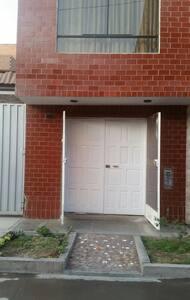 Tiene doble puerta de madera y la de metal.